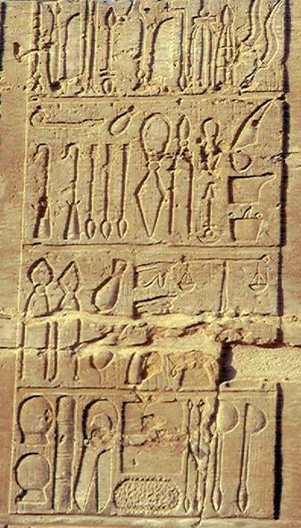 Strumenti chirurgici in un bassorilievo del tempio di Kom Ombo, Egitto.