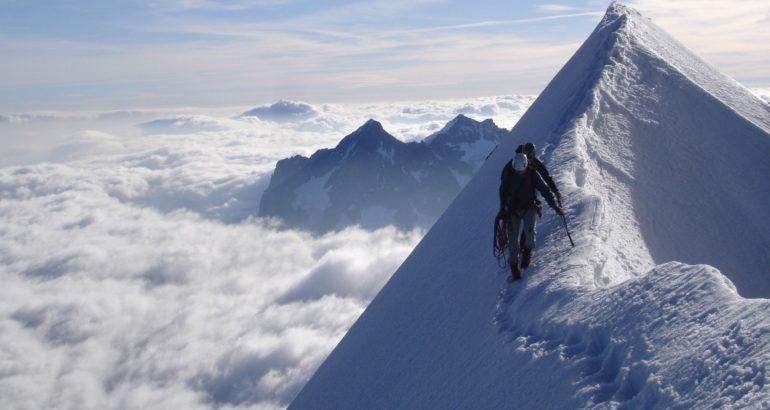 AlpinismoNONGuide montagna con neve alpinista