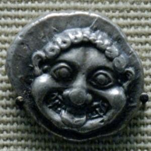 Figura 2: Dracma d'argento con testa di Gorgone 520 a. C. - Fonte: http://it.wikipedia.org/wiki/File:Gorgon_didrachm_British_Museum.jpg