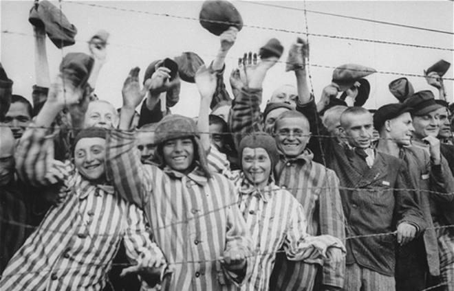 dachau-survivors-cheer-americans-29apr1945