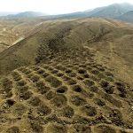 La serie di depressioni lunga un miglio è visibile qui in una recente immagine presa da un drone.
