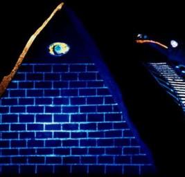 """La Piramide Nera """"Fluorescente"""" con l'Occhio che Tutto Vede"""
